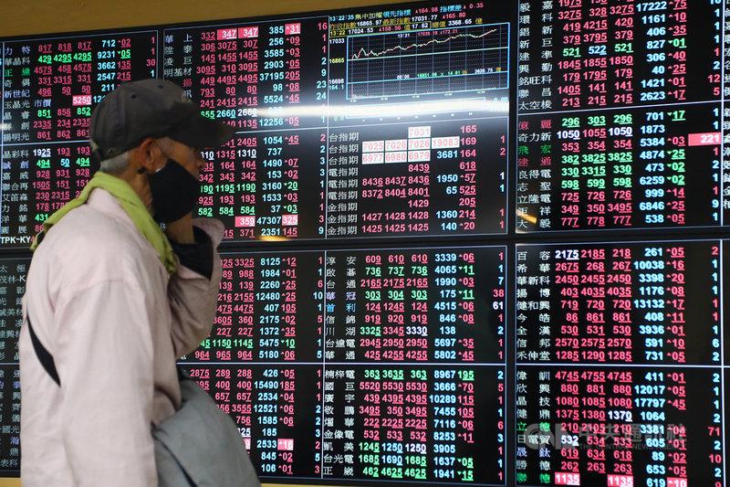 台北股市15日成功站上17000點,突破前波高點17041點,尾盤收在最高17076.73點,創歷史新高。中央社記者王騰毅攝  110年4月15日