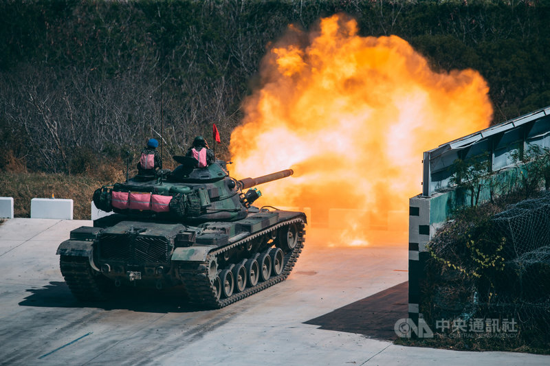 M60A3戰車14日在屏東進行實彈射擊、精準命中目標,火光四射讓場面相當震撼。(軍聞社提供)中央社記者游凱翔傳真 110年4月15日