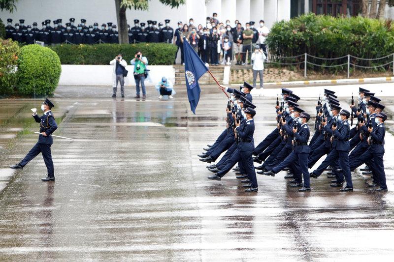 香港當局15日舉辦「全民國家安全教育日」,包括警察和懲教署等執法部門的訓練學校對外開放,並由部隊人員首次演示中式步操。中央社記者張謙香港攝  110年4月15日