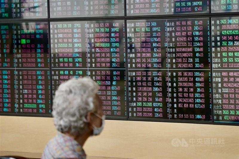 台股15日開低後迅速翻紅越過16900點,但法人表示,若要站上「萬七」關卡,仍須下午舉行法人說明會的台積電股價表態。(中央社檔案照片)