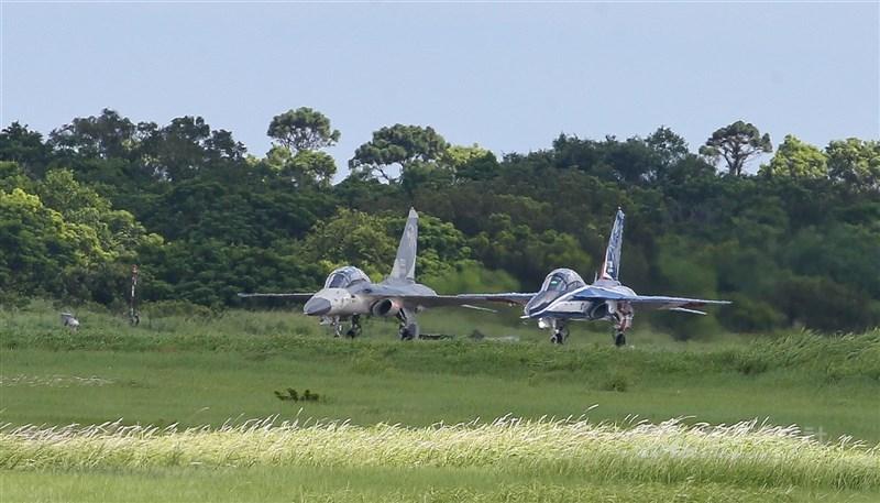 中科院15日證實正進行下一代戰機研發案。圖為國造經國號IDF戰機(左)與首架勇鷹新式高教機(右)。(中央社檔案照片)