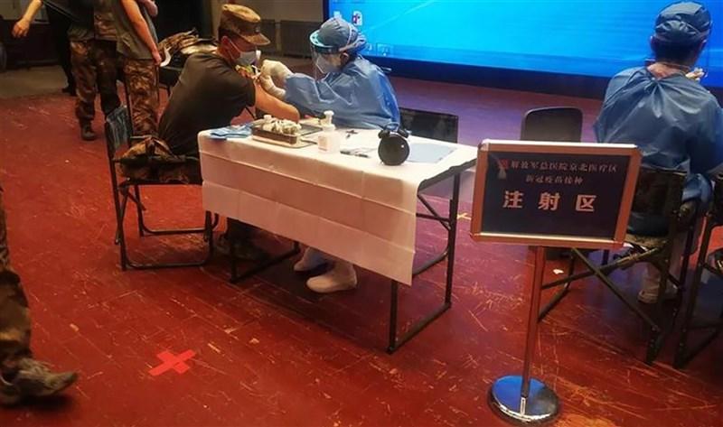 中國近期全面加快接種COVID-19疫苗,中共解放軍媒體15日明確表示,軍隊人員作為需隨時執行各類任務的群體,疫苗除確有禁忌症外應當做到「全員接種」。(取自解放軍報微信公眾號)