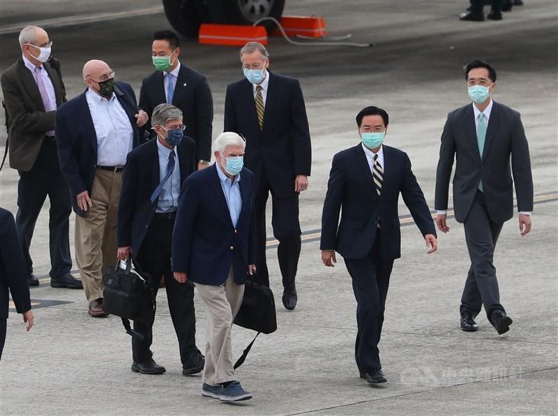 適逢美國前參議員陶德(前左)率前副國務卿阿米塔吉(3排左)及史坦柏格(2排左)等人訪台之際,中國海事局14日發布軍演訊息,國防部長邱國正表示會持續關注。(中央社檔案照片)