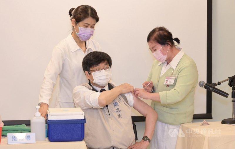 疾病管制署署長周志浩(中)15日率醫護接種AZ疫苗,直呼心裡還沒準備好就打完了,接種過程沒什麼感覺,呼籲符合資格民眾儘速施打,提高全民保護力。(中央流行疫情指揮中心提供)中央社記者張茗喧傳真  110年4月15日