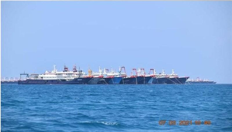 馬尼拉當局表示,至少240艘中國海警船和海上民兵船在菲律賓專屬經濟海域盤桓,牛軛礁海域也仍有中國船隻停留。圖為中國漁船集結在牛軛礁周邊。(圖取自twitter.com/pcooglobalmedia)
