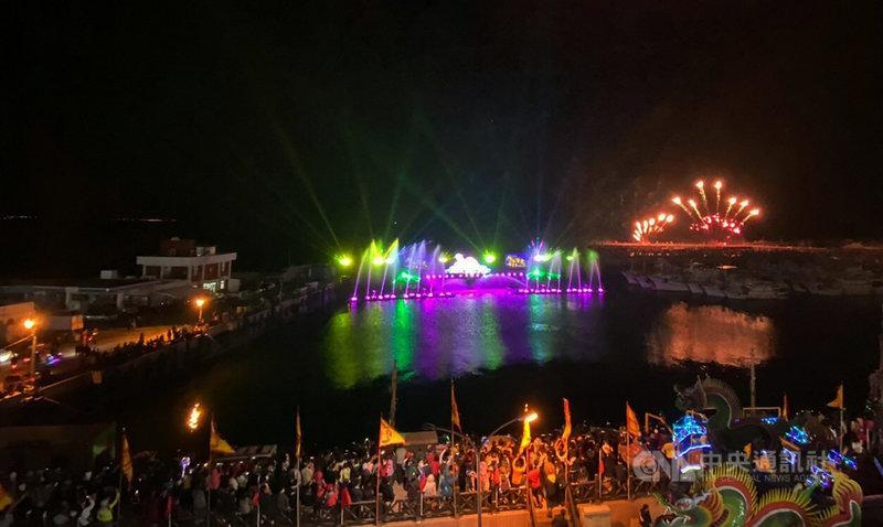澎湖「2021外垵科技燈光創意展演活動」15日晚間起在西嶼外垵漁港正式展開,一連3晚為民眾帶來精彩科技燈光水舞秀展演,首日吸引滿場人潮爭睹。中央社 110年4月15日