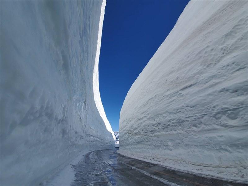 日本知名觀光景點「立山黑部阿爾卑斯山脈路線」15日結束冬季封山正式開通。(圖取自facebook.com/tateyamagirl)