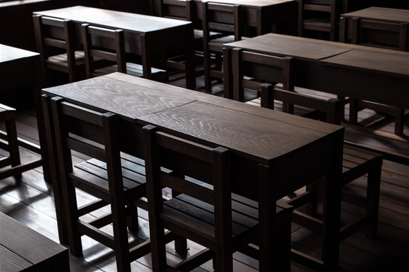 屏東縣某國中傳出有女學生的水壺疑遭人摻入漂白水,家長向警方報案,校方展開調查。(示意圖/圖取自Unsplash圖庫)