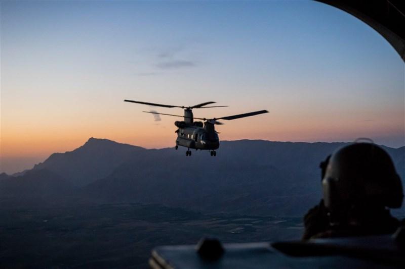 美國總統拜登宣布5月1日起將展開自阿富汗撤軍行動,預計911恐怖攻擊事件20週年前全數撤回。圖為美軍2017年在阿富汗執行任務。(圖取自facebook.com/DeptofDefense)