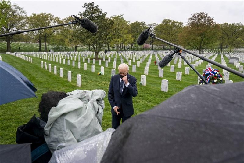 美國總統拜登14日在阿富汗捐軀的美軍將士墓碑群中,感性說明他為何開始讓美國退出國史最漫長的戰爭。(美聯社)