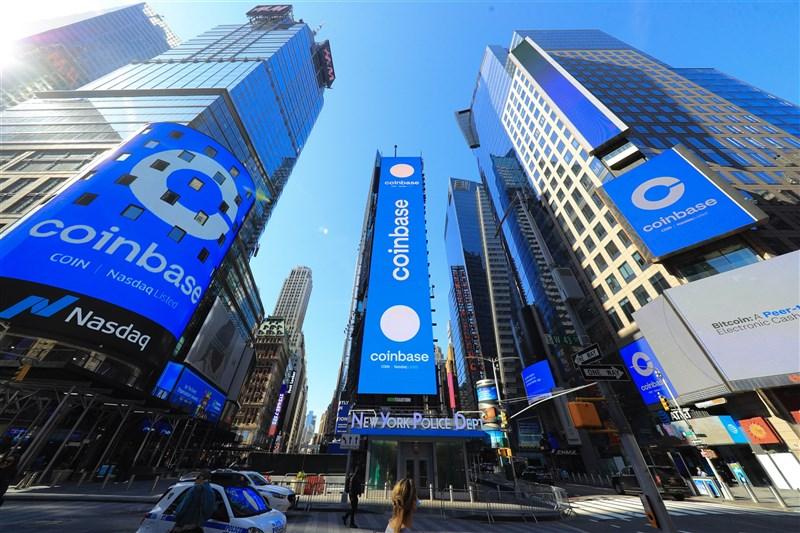 美國加密貨幣平台Coinbase 14日正式上市,首日開盤價大幅高於那斯達克交易所之前宣布的參考價。(圖取自twitter.com/Nasdaq)