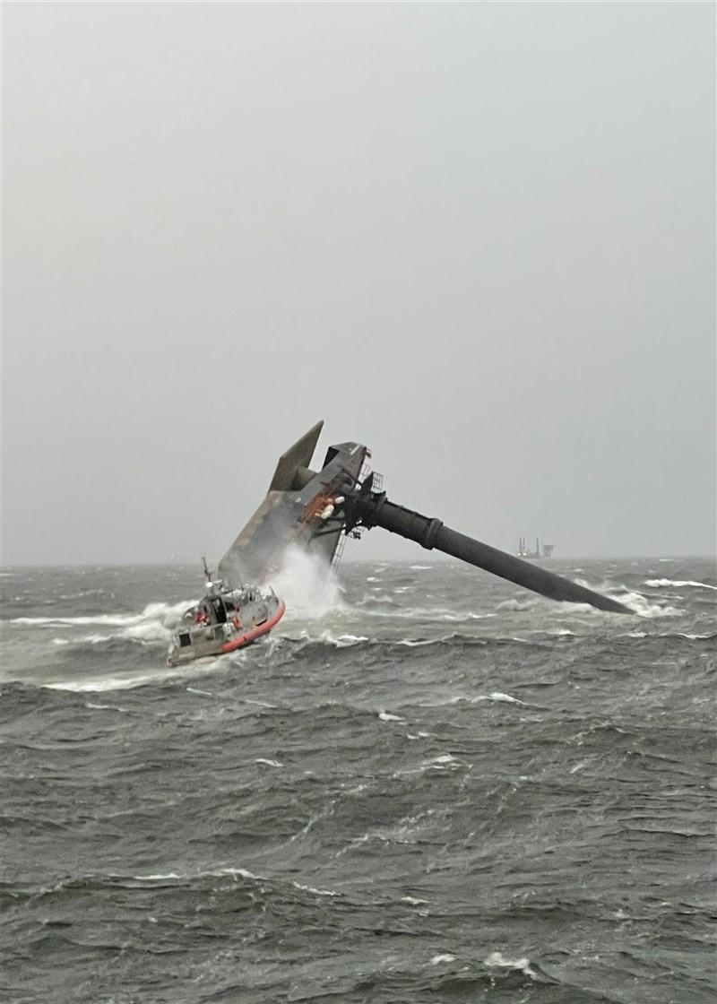 一艘鑽油平台用的起重船在美國路易斯安那州外海翻覆。美國海岸防衛隊14日表示,目前已有6人獲救,但仍有10多人下落不明。(圖取自facebook.com/uscgheartland)