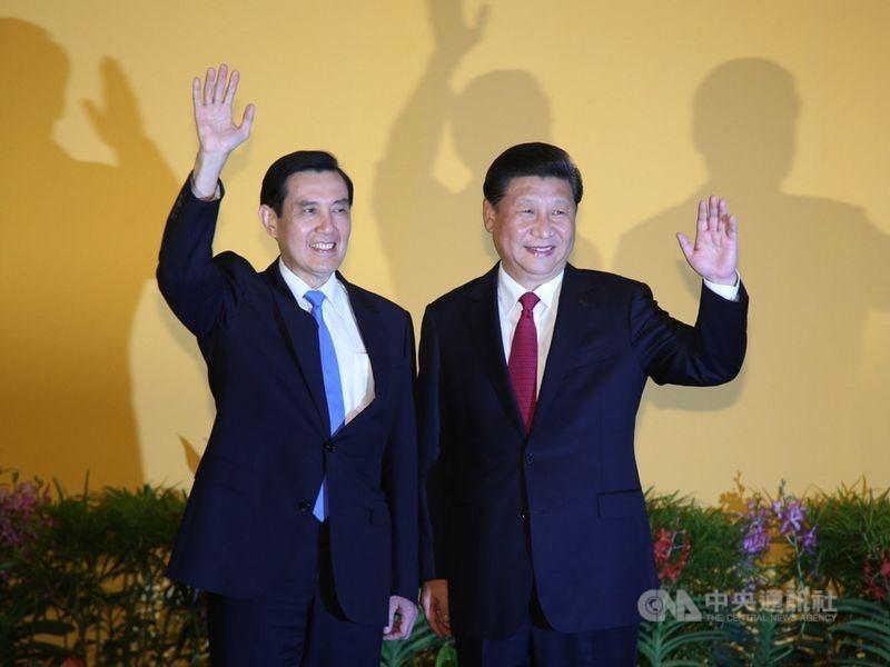 中共建黨百年之際,官方近期出版2021年版「中國共產黨簡史」,其中涉台部分列入馬習會、太陽花等事件,並強調「反獨促統」。圖為前總統馬英九與中國領導人習近平2015年首次會面。(中央社檔案照片)