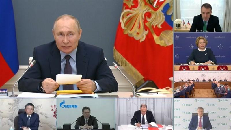 神隱數月的阿里巴巴創辦人馬雲(左下)14日參加俄羅斯地理學會監事會視訊會議,再度現身公眾視野。(圖取自克里姆林宮網頁en.kremlin.ru)