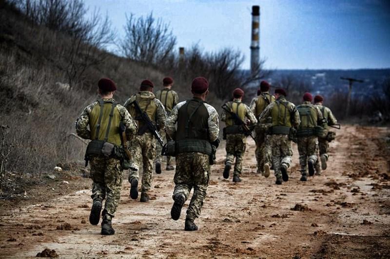 俄羅斯當局下令減少邊界兵力,烏克蘭總統澤倫斯基22日表示歡迎,但稱烏國政府仍將維持警戒。圖為烏克蘭軍人。(圖取自facebook.com/MinistryofDefence.UA)