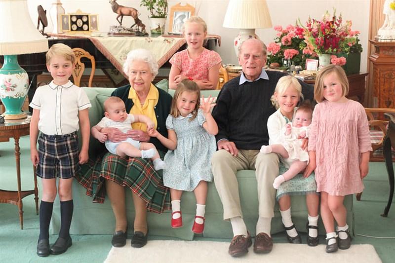 英國王室為紀念9日逝世的菲立普親王,公布過去從未曝光照片,讓外界一睹親王、女王伊麗莎白二世與7名曾孫合體的溫馨家族照。(圖取自facebook.com/TheBritishMonarchy)