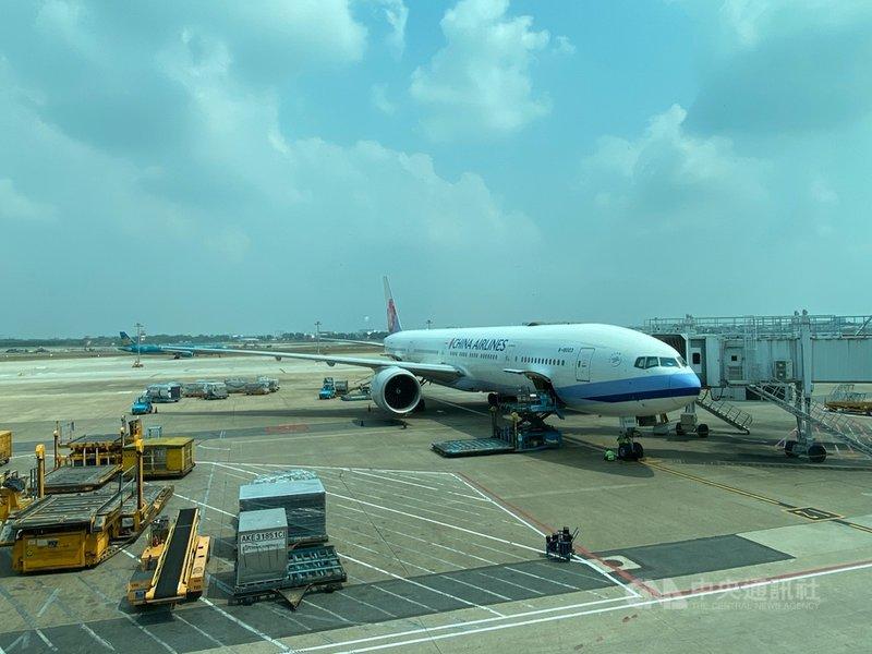 一架華航客機11日從台灣飛抵胡志明市後檢查發現遭到鳥擊,撞出直徑約30公分的大洞。圖為停在胡志明市新山一國際機場的華航客機,並非新聞中所提及遭鳥擊的華航客機。(中華航空越南分公司提供)中央社記者陳家倫河內傳真 110年4月16日