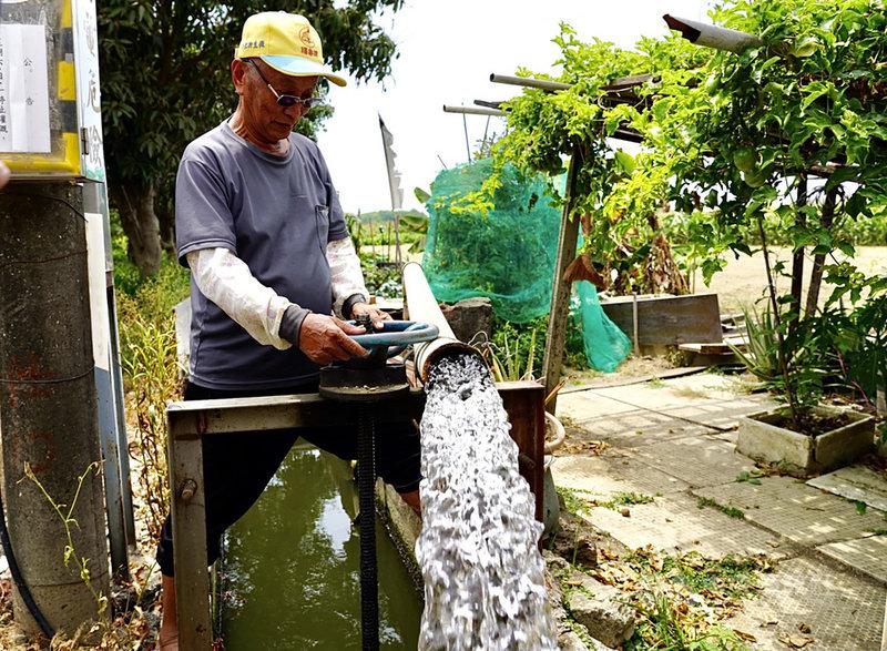 南部水情吃緊,高雄巿長陳其邁16日在市政府說明高雄水情狀況暨抗旱措施。他表示,為準備最壞的劇本,也就是至6月中都沒有下雨,市府希望從開源節流兩方面著手。圖為高雄市農民放水灌溉農地。中央社記者董俊志攝 110年4月16日