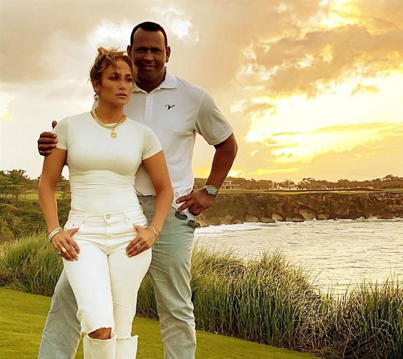 美國拉丁天后珍妮佛羅培茲(前)與未婚夫、前美國職棒大聯盟MLB洋基球星A-Rod羅德里格斯(後)15日正式宣布分手。(圖取自instagram.com/arod)