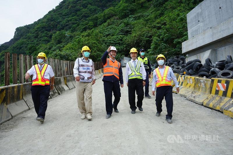 交通部長林佳龍(前中)16日重回太魯閣號事故地點關心軌道修復進度,並參加超渡法會。中央社記者張祈攝  110年4月16日