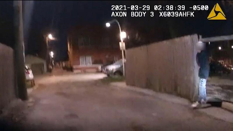 芝加哥當局15日公布警用隨身攝影機影像,內容為兩週前警方追捕與射殺一名13歲拉美裔青少年。(圖取自Chicago Police Department網頁home.chicagopolice.org)