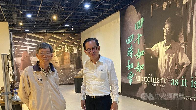 現年82歲的陶藝雕塑家楊元太(左),目前於嘉義梅嶺美術館舉行個展,完整呈現從學生時期到近年各創作階段的心路與巧思。(梅嶺美術館提供)中央社記者邱祖胤傳真  110年4月16日