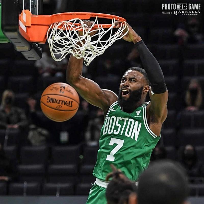 在布朗大砍40分、9籃板帶領下,NBA波士頓塞爾蒂克15日仍以121比113擊敗洛杉磯湖人,收下5連勝。(圖取自facebook.com/bostonceltics)
