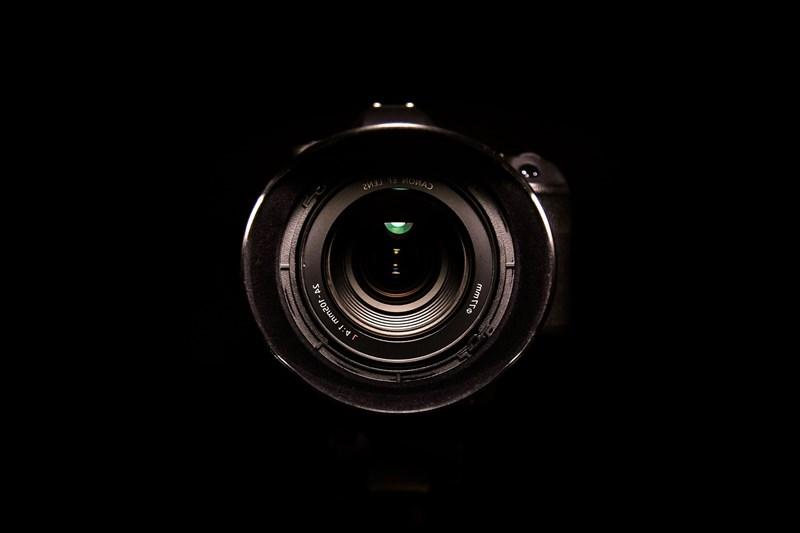 籃球員近期遭偷拍不雅影片案件引發社會關注。民進黨立委何志偉16日說,還有學生及其他民眾被人設局盜錄私密影片,並在網路販售交換,被害人數破千,司法、行政單位應拿出強力作為。(圖取自Pixabay圖庫)