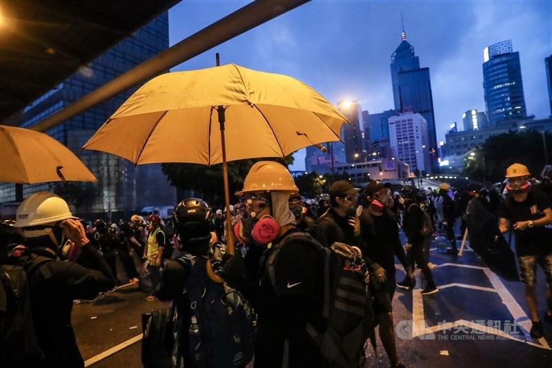 香港壹傳媒集團創辦人黎智英因涉及「818」組織及參與非法集結罪,16日下午被法院判囚1年後,傍晚又因涉「831」非法集結被判8個月,兩案同期執行將入獄14個月。圖為2019年8月31日反送中示威。(中央社檔案照片)