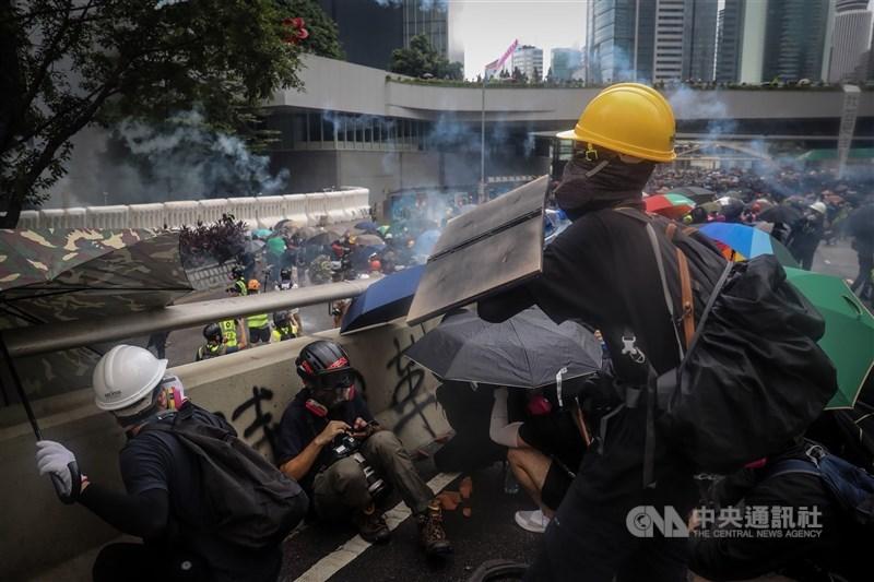 香港壹傳媒集團創辦人黎智英16日被加控「串謀勾結外國或者境外勢力危害國家安全罪」以及妨礙司法公正兩項罪名。圖為2019年8月31日反送中示威。(中央社檔案照片)