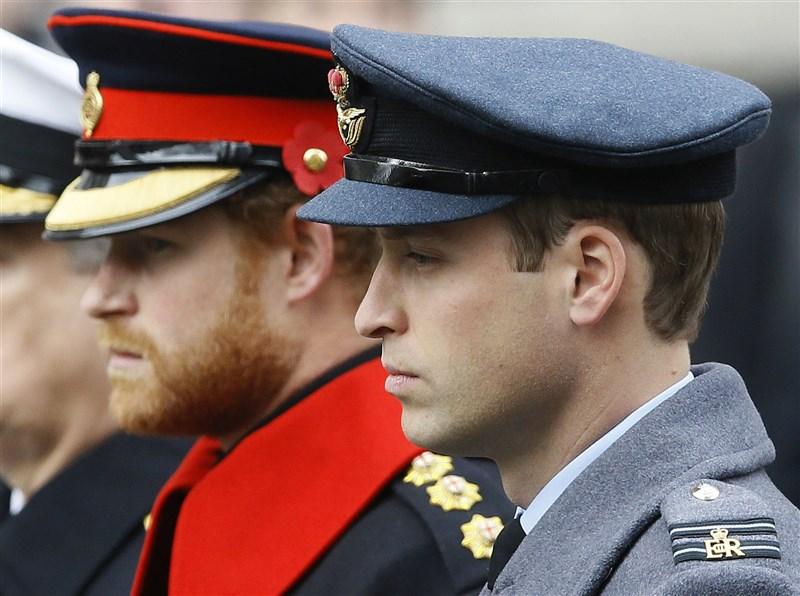 白金漢宮15日表示,威廉王子(前)與哈利王子(後)將不會在祖父菲立普親王葬禮儀式上並肩而行。(美聯社)