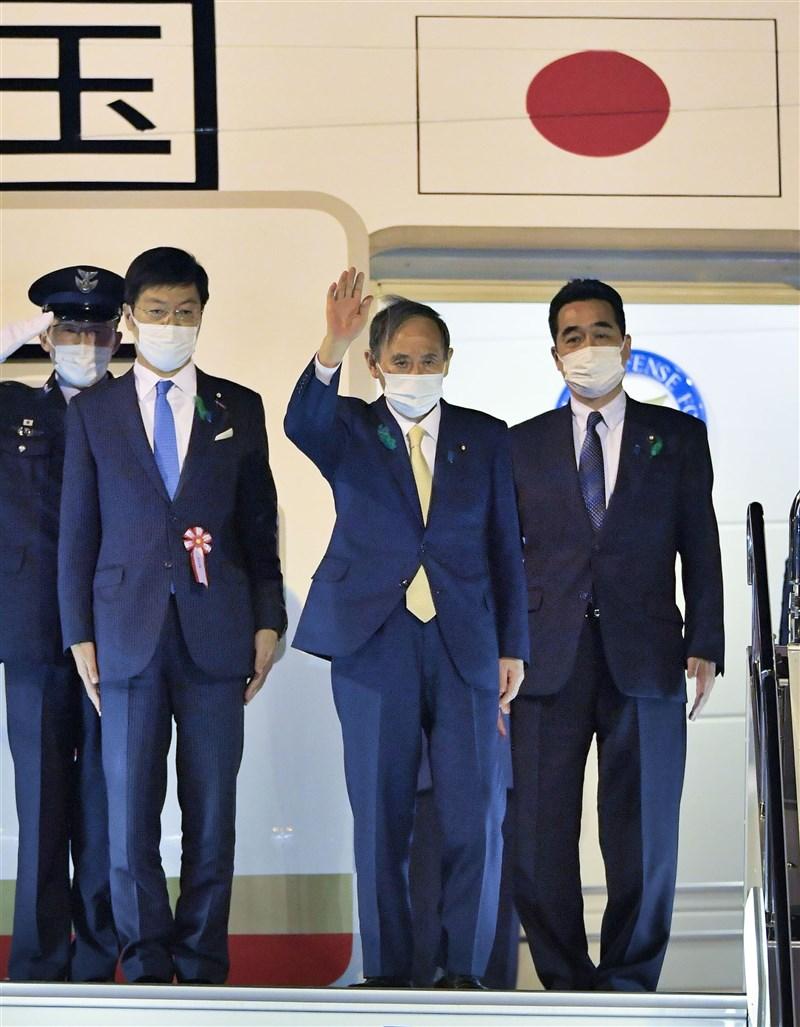 日本首相菅義偉(前)預計15日晚間抵達華府,16日將先與美國副總統賀錦麗在其官邸會晤,之後轉往白宮與總統拜登舉行雙邊會談。(共同社)