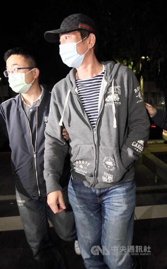 藝人王靜瑩前夫陳威陶等人,被控以投資緬甸金礦為號召,涉嫌吸金逾新台幣7億元。台北地檢署15日指揮調查局兵分21路搜索,並約談19人說明。陳威陶晚間被移送北檢複訊。中央社記者林長順攝 110年4月15日