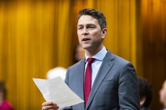 加拿大眾議院進行視訊會議時,國會議員艾摩斯(圖)稍不留神一絲不掛地春光外洩,糗得滿臉通紅頻頻向同僚道歉。(圖取自instagram.com/william_amos_pontiac)
