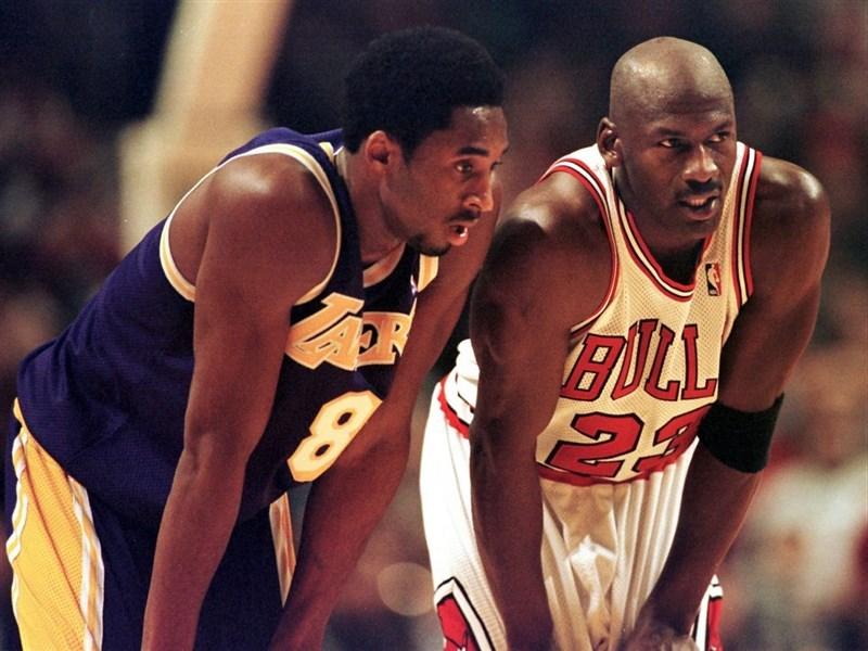 美國籃球名人堂15日宣布,已故NBA傳奇球星布萊恩(左)的名人堂入主儀式,將由「籃球之神」喬丹(右)擔任引薦人。(圖取自facebook.com/Kobe)
