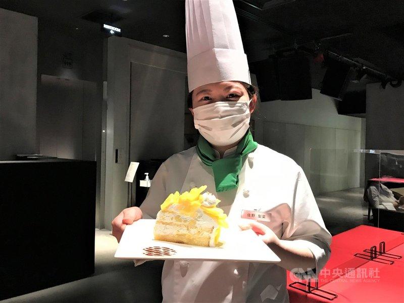 日本一家連鎖咖啡店用台灣金鑽鳳梨做甜點,還採用高級金箔、奶油等材料加以調製,一片蛋糕售價1100日圓(約新台幣290元)。中央社記者楊明珠東京攝 110年4月17日