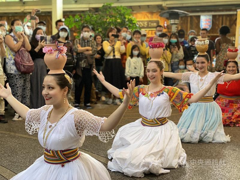 加勒比海文化節17日在台北Maji Maji集食行樂圓形廣場盛大登場,11國大使代表共襄盛舉。除了加勒比海及拉丁美洲美食音樂外,現場觀眾也可欣賞巴拉圭特色舞蹈。中央社記者鍾佑貞攝  110年4月17日