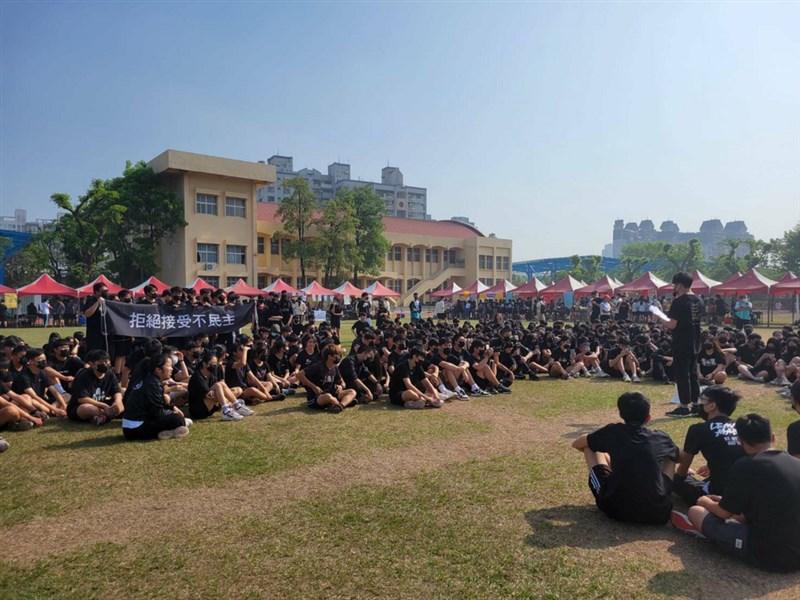 鳳山高中17日舉辦校慶,學生不滿校方不開放校外人士,且溝通不對等,穿上黑衣拉布條抗議。(鳳中學生提供)中央社記者侯文婷傳真 110年4月17日