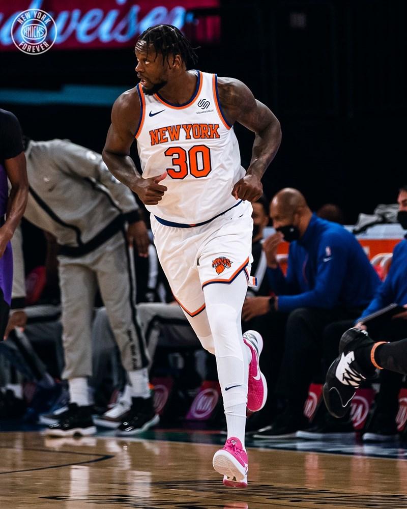 美國職籃NBA紐約尼克前鋒藍德爾16日轟下44分,追平個人本季最佳紀錄,率領尼克收下7年來最長的5連勝。(圖取自facebook.com/NYKnicks)