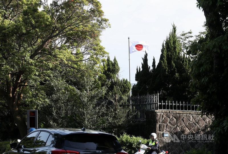 位於台北市仰德大道上的日本台灣交流協會代表官邸升起日本國旗,17日午後隨風飄揚。據了解,官邸自今年1月開始升旗,4月2日太魯閣號意外發生時,曾降半旗3 天表示哀悼。中央社記者張皓安攝 110年4月17日