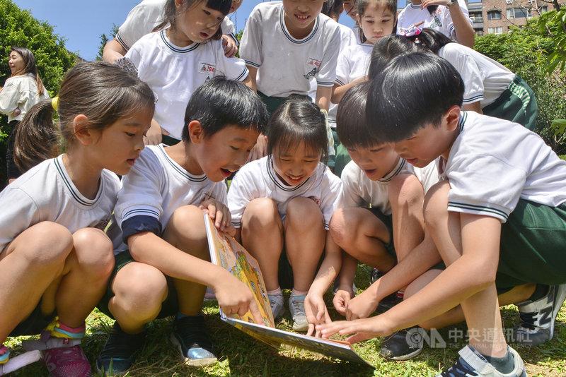 「2021新北閱讀節」17日在台灣圖書館創意廣場啟動,現場並發表「新北地圖繪本」,永和頂溪國小學童現場翻閱,開心指出「我家住在這裡」。中央社記者黃旭昇新北市攝  110年4月17日