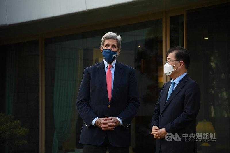 「美國總統氣候問題特使」凱瑞(John Kerry,左)17 日午後飛抵韓國,韓國外交部長鄭義溶(右)於官邸接待。兩人會晤期間料將商議22至23日由美方召開的氣候峰會相關合作方案。(駐韓美國大使館提供)中央社記者廖禹揚首爾傳真  110年4月17日