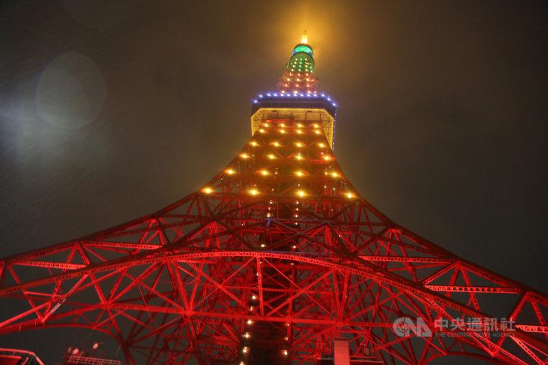東京鐵塔廣場台灣祭(美食活動)17日舉辦點燈儀式。東京鐵塔首度施以鳳梨意象的鑽紗光雕,化為「全球最大的台灣金鑽鳳梨」。中央社記者楊明珠東京攝 110年4月17日