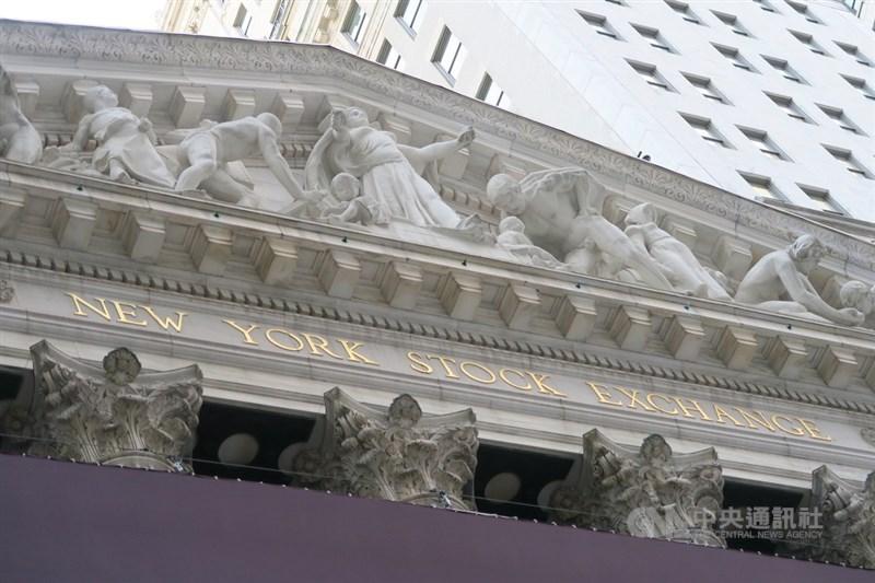 美國經濟擺脫下降趨勢,華爾街股市16日持續走強,推升道瓊工業指數和標準普爾500指數。圖為紐約證券交易所。(中央社檔案照片)