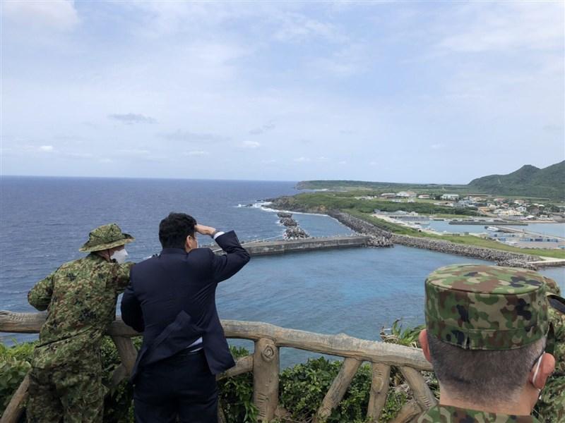 日本防衛大臣岸信夫17日視察極西離島時說,台灣安定很重要。(圖取自twitter.com/KishiNobuo)