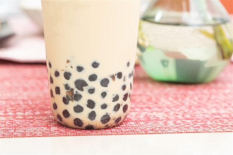 全美製作珍珠奶茶的粉圓短缺,業者呼籲客人點不到波霸時「請勿生氣」,或點購其他替代品。(圖取自Pakutaso圖庫)