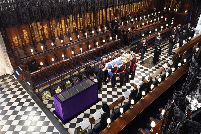 英國王室17日舉行菲立普親王的喪禮,喪禮在聖喬治禮拜堂舉行。(法新社)