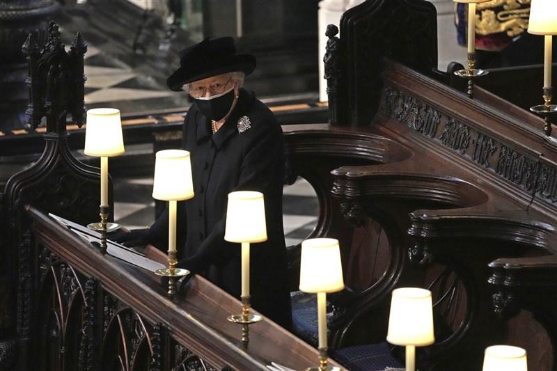 英國菲立普親王喪禮17日舉行,與菲立普結褵73年的英國女王伊麗莎白二世(圖)在聖喬治禮拜堂舉行的儀式中獨坐為亡夫送行,神情備感落寞。(美聯社)