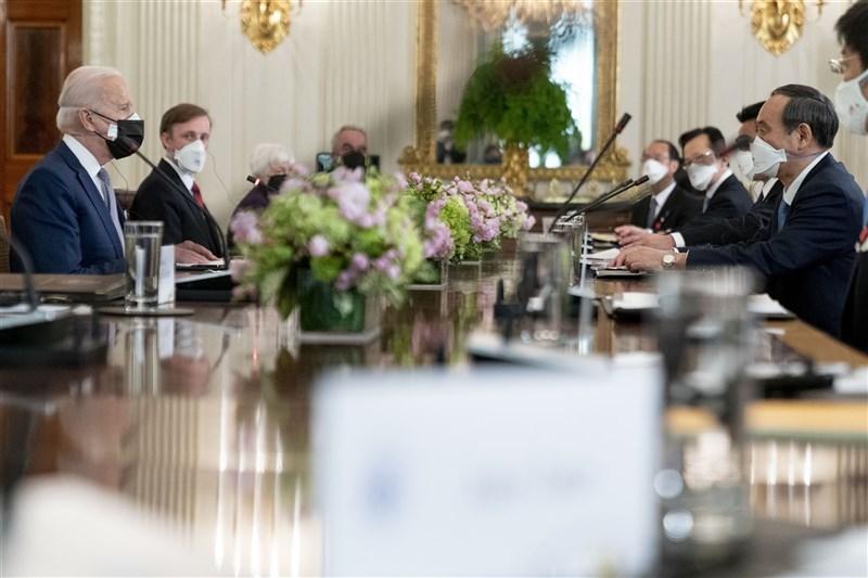 美國總統拜登(左1)上任的首次與外國領袖面對面峰會給了日本首相菅義偉(右1)。(美聯社)