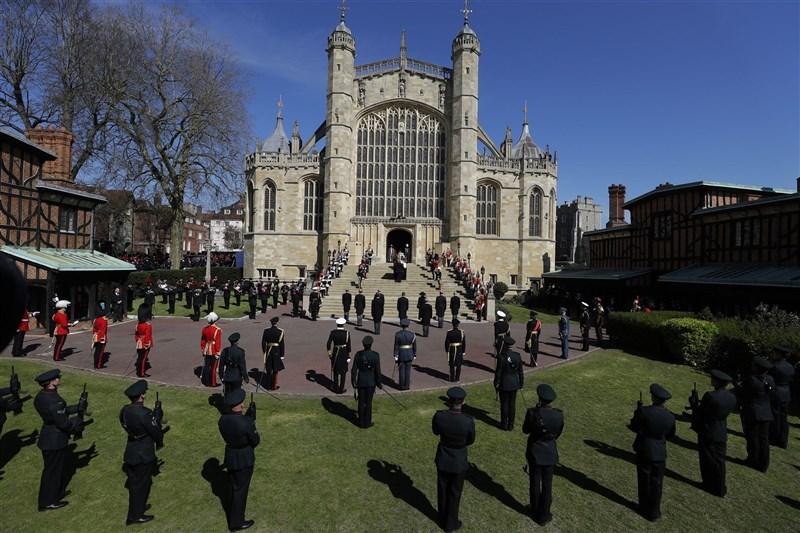 英國菲立普親王的喪禮開始前,女王伊麗莎白二世帶領舉國默哀一分鐘。(法新社)